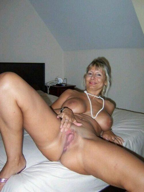 35 летние дамочки с сиськами находятся голышом дома 10 фото