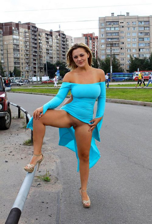 Дамочки не носят трусики и задирают прилюдно юбки 8 фото