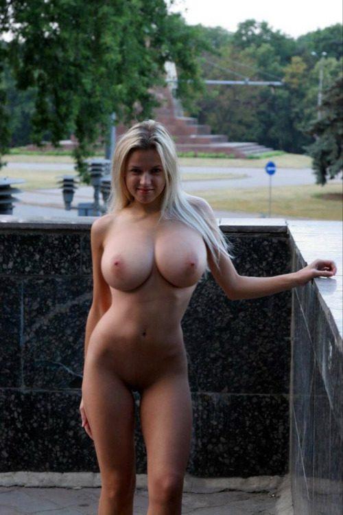 Грудастые особы позируют голышом перед камерами партнеров 5 фото