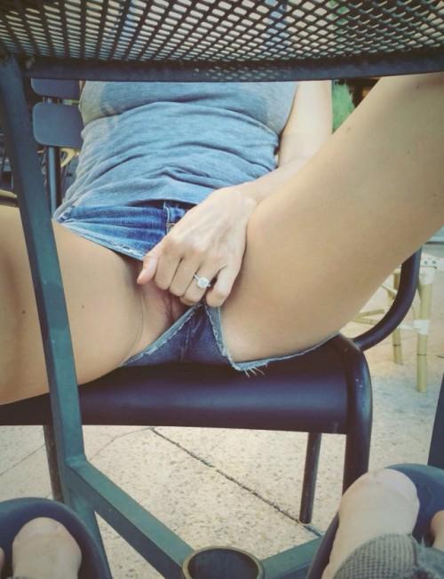Подборка дамочек без трусиков с задранными юбками 3 фото