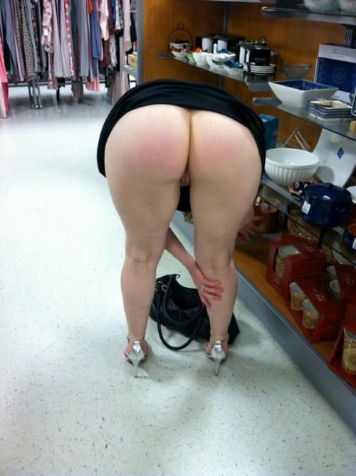 Подборка дамочек без трусиков с задранными юбками 7 фото
