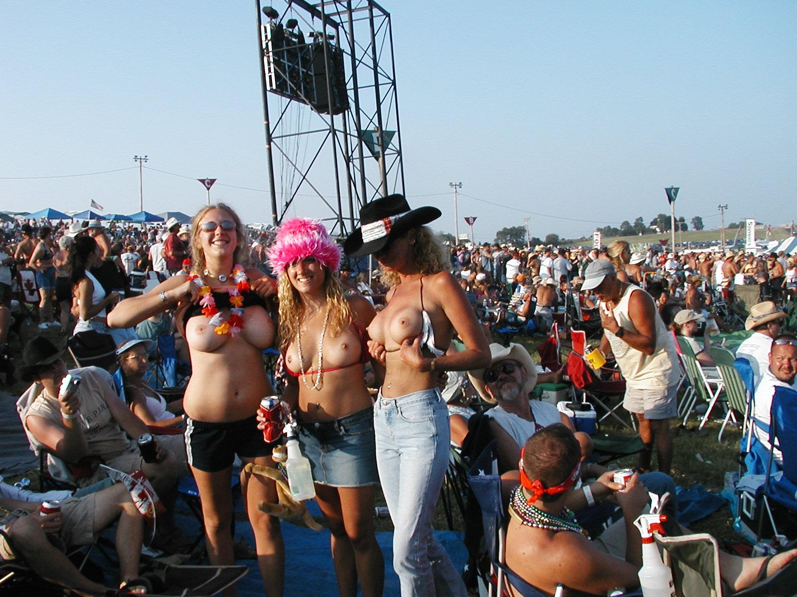 Дамочки за 30 выложили свои голые сиськи и стройные тела в сеть 4 фото