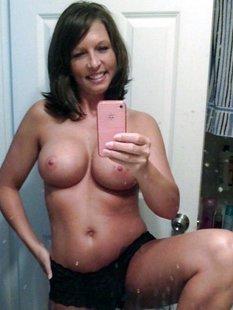 Дамочки за 30 выложили свои голые сиськи и стройные тела в сеть
