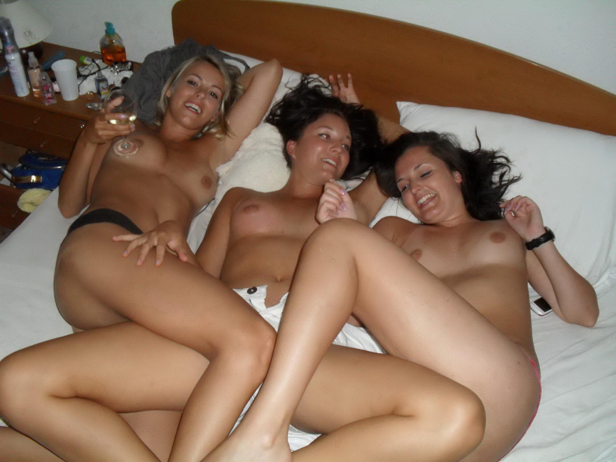 Молодые лесбиянки трахаются на съемных хатах 8 фото