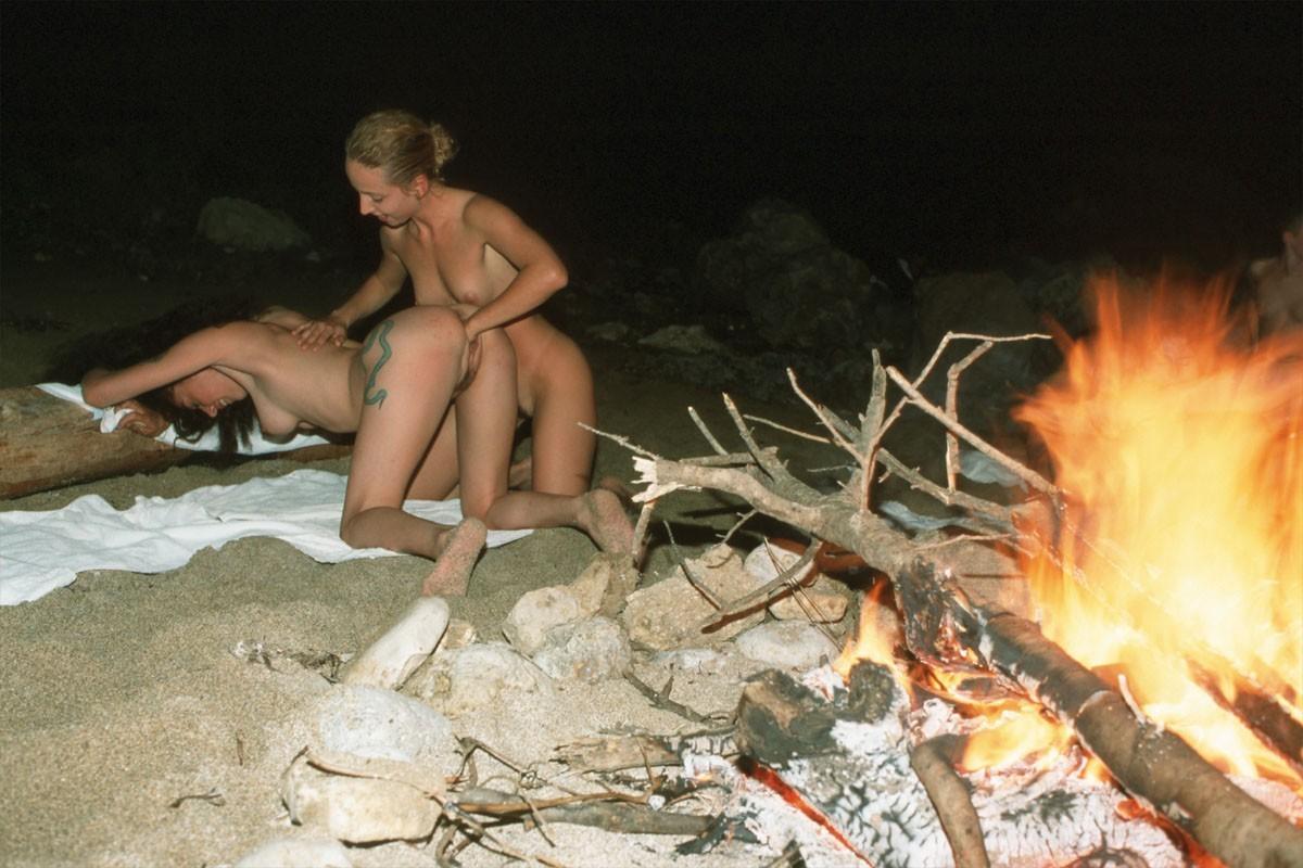 Молодые лесбиянки трахаются на съемных хатах 14 фото