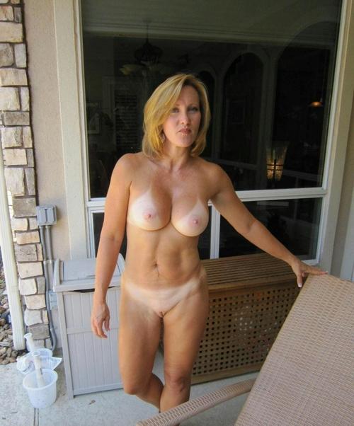 Подборка голых сисек дамочек в домашних условиях 3 фото