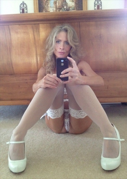 Подборка голых сисек дамочек в домашних условиях 4 фото