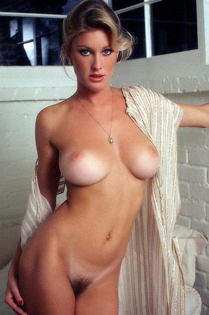 Сексуальные дамочки с сиськами находятся дома голышом 2 фото