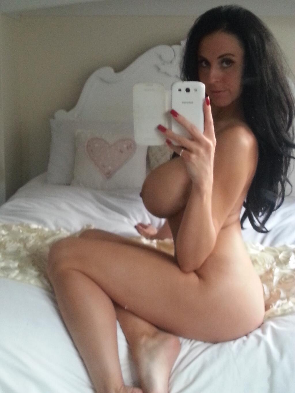 Сексуальные дамочки с сиськами находятся дома голышом 5 фото
