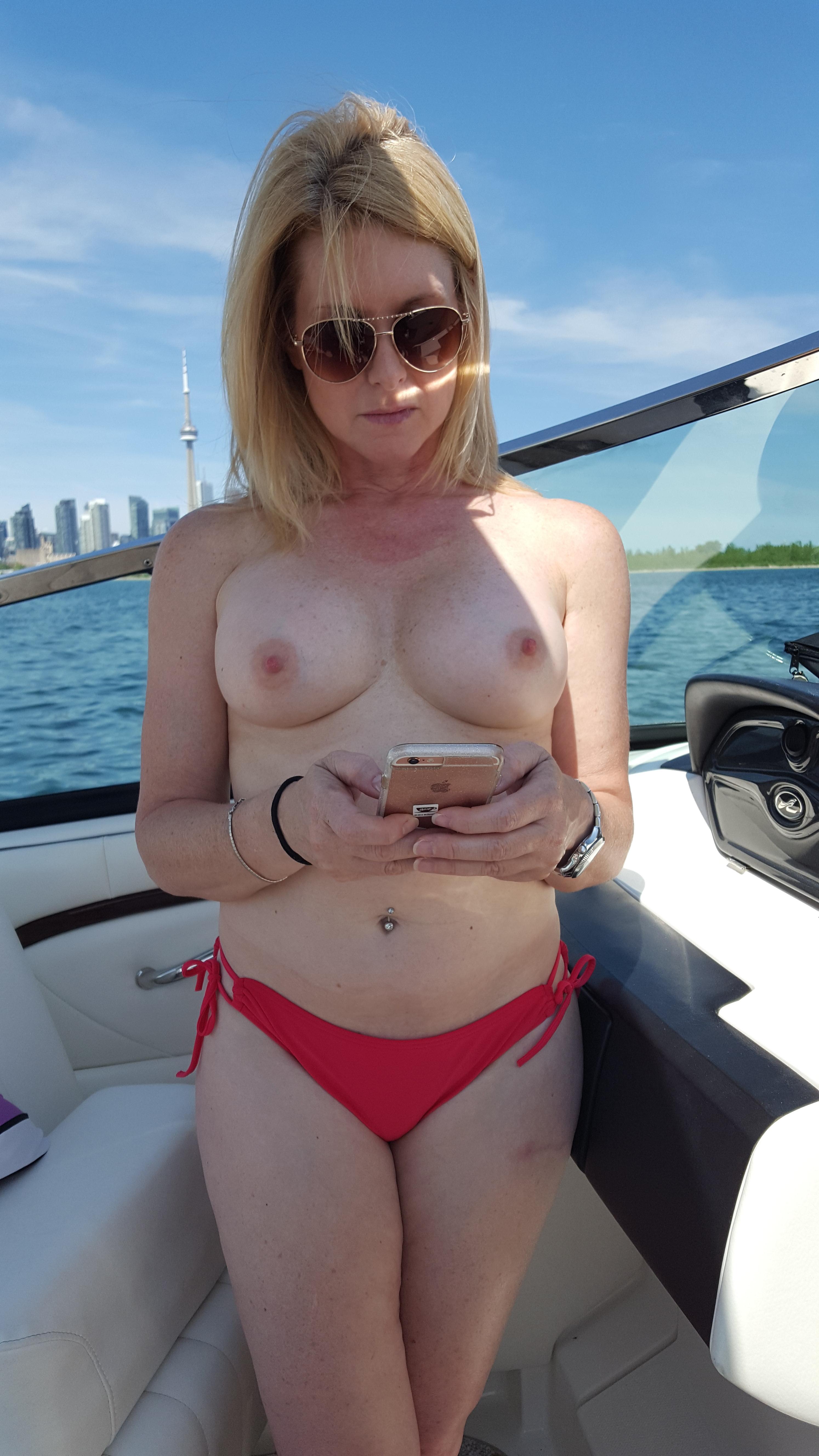 Сексуальные дамочки с сиськами находятся дома голышом 9 фото