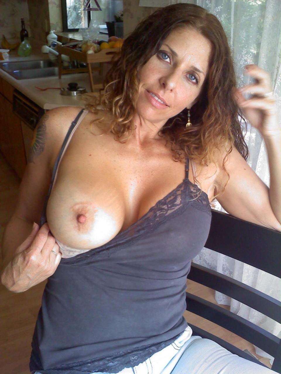 Сексуальные дамочки с сиськами находятся дома голышом 10 фото