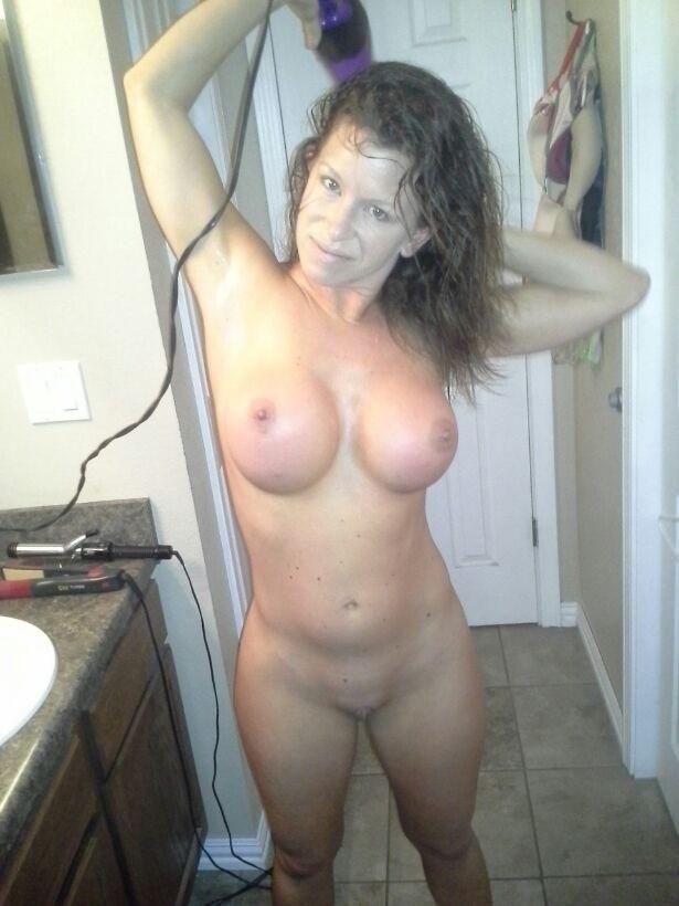 Сексуальные дамочки с сиськами находятся дома голышом 14 фото