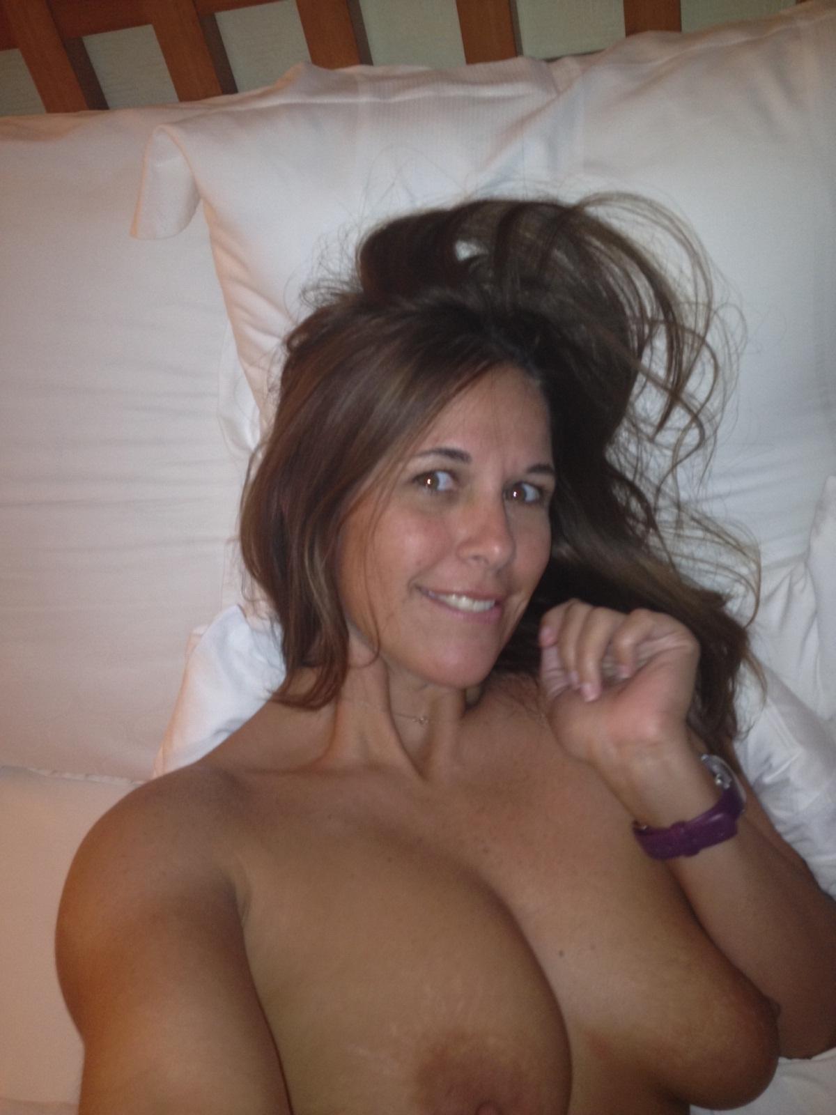 Сексуальные дамочки с сиськами находятся дома голышом 16 фото