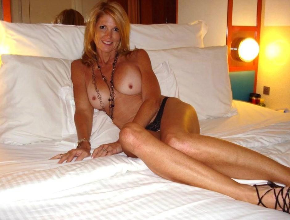 Сексуальные дамочки с сиськами находятся дома голышом 18 фото