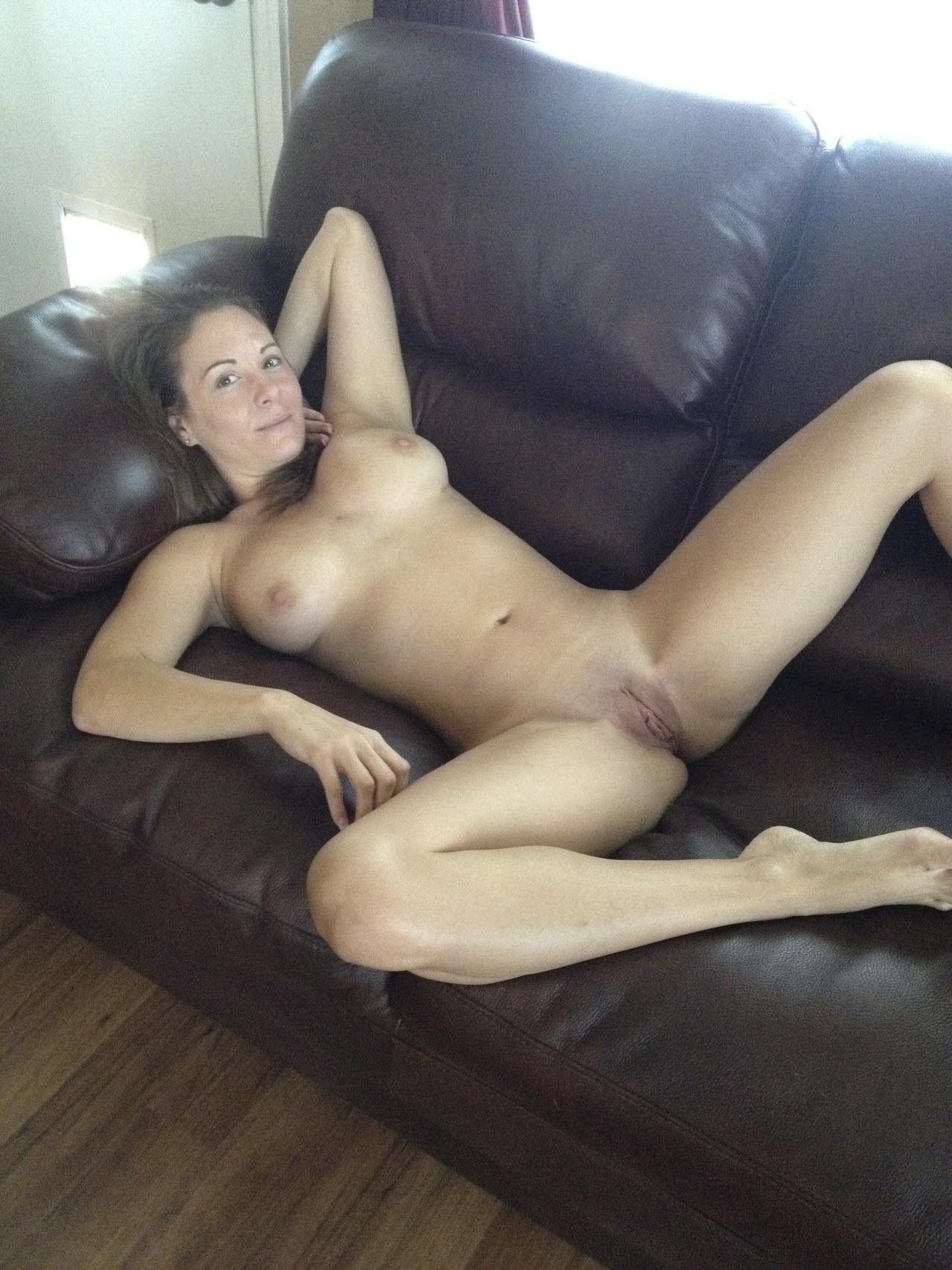 Сексуальные дамочки с сиськами находятся дома голышом 20 фото