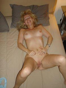 Парень трахает дома молодую блондинку