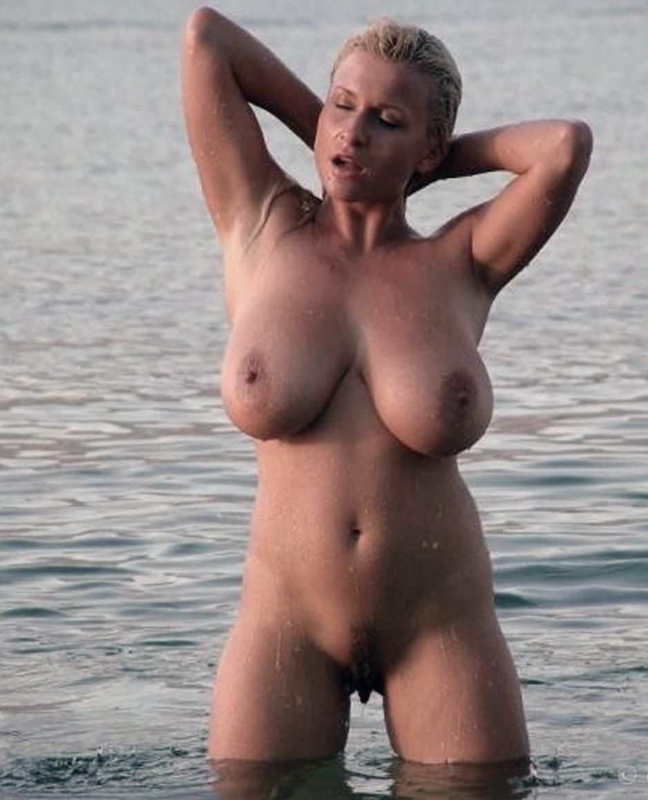 Подборка взрослых женщин голышом дома 2 фото