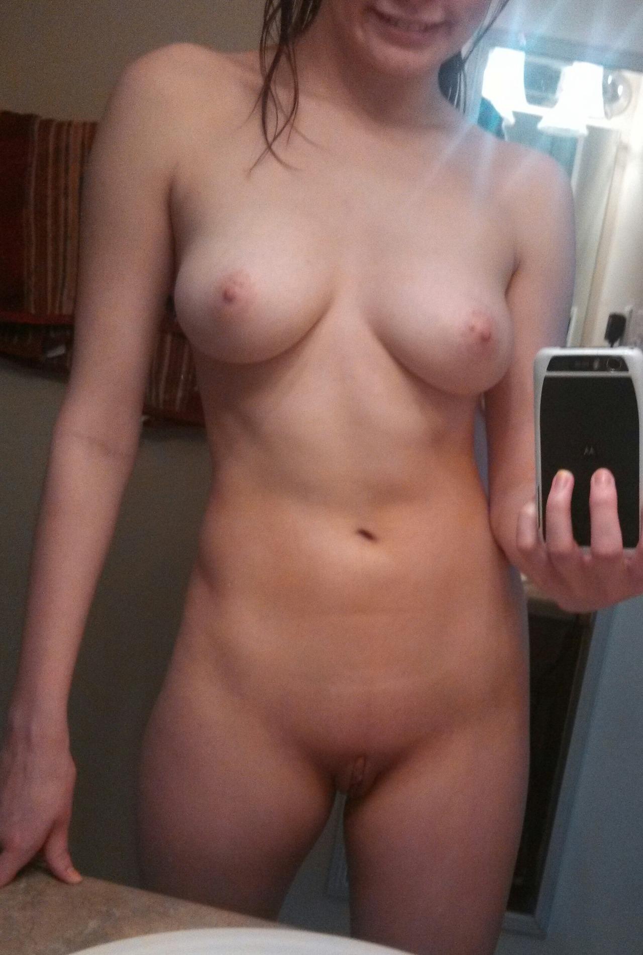 19-летние девахи селфятся у зеркал в домашних условиях 15 фото